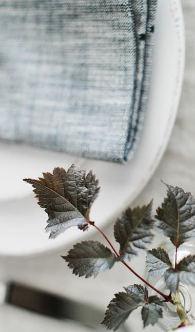 Foliage napkin accent by Nectar and Root, Vermont wedding florist at Foxfire Mountain House in the Catskills, New York.